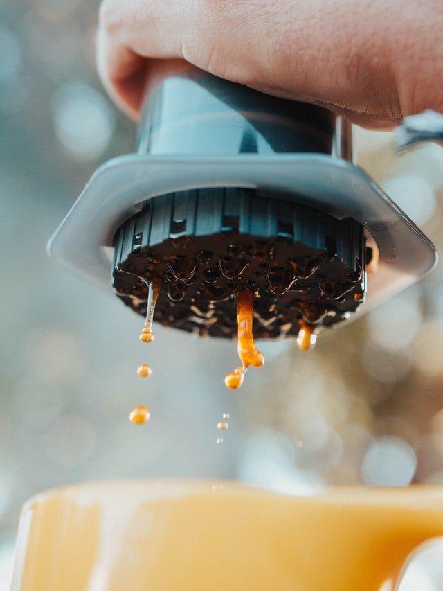 aeropress brewing coffee